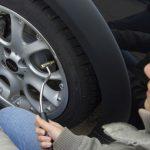 ¿Es legal que las gasolineras nos cobren por inflar los neumáticos?